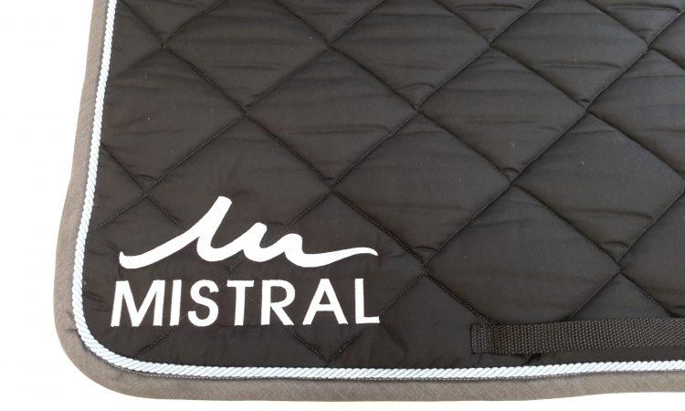 Logo brodé, personnalisé sur tapis de cheval